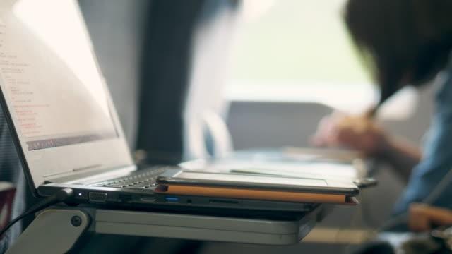 hand en laptop op bewegende trein