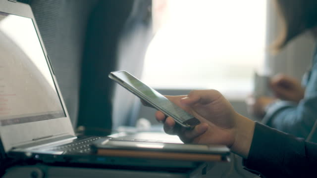 手と移動列車でのノート パソコン - 高速列車点の映像素材/bロール