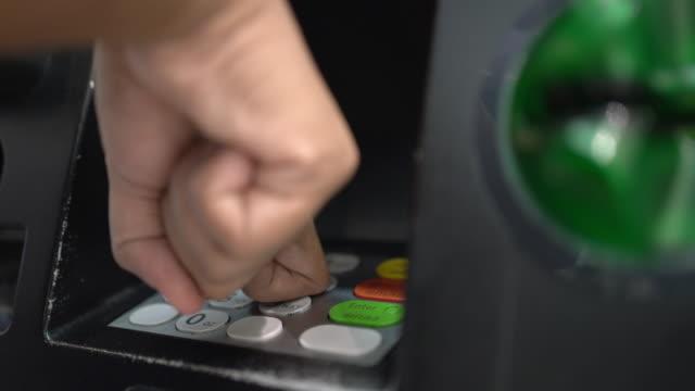 vídeos de stock, filmes e b-roll de evite usar a ponta do dedo para pressionar o botão da máquina de caixa eletrônico - cobrindo