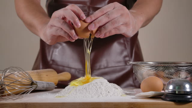 vídeos y material grabado en eventos de stock de hand baker se cepilla las manos de la harina - rebozado