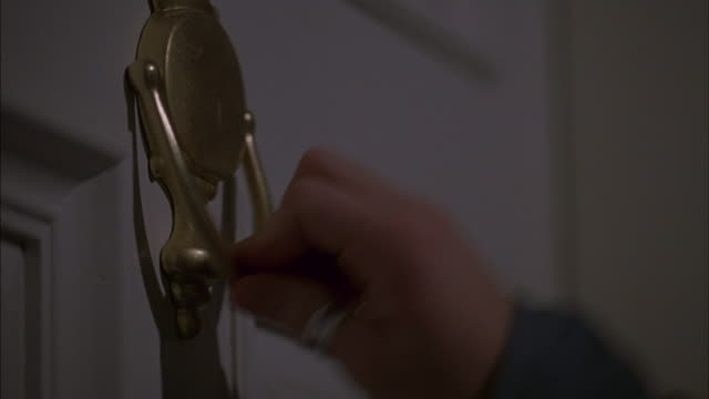 vídeos de stock, filmes e b-roll de a hand bangs a door knocker. - entrada