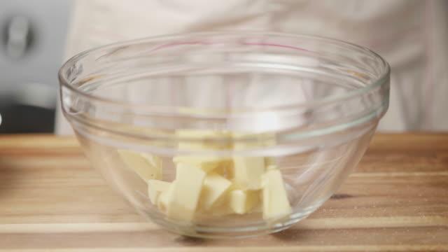 hand schlagen butter mit zucker zusammen für die herstellung von keksen - zucker stock-videos und b-roll-filmmaterial