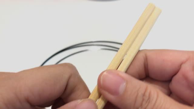 hand break disponibla japansk matpinne med vit platta - slit och släng bildbanksvideor och videomaterial från bakom kulisserna