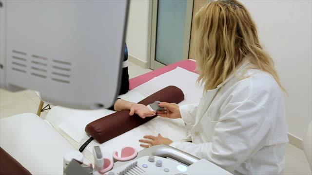 vídeos de stock, filmes e b-roll de descanso de mão, radiologista cheque - ultrassom 3d