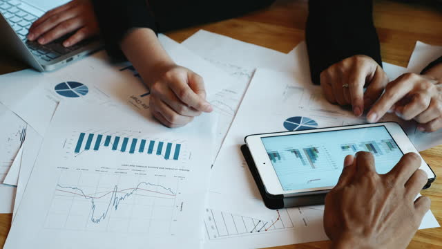 vidéos et rushes de réunion de gens d'affaires de main dans la stratégie d'affaires - étude de marché