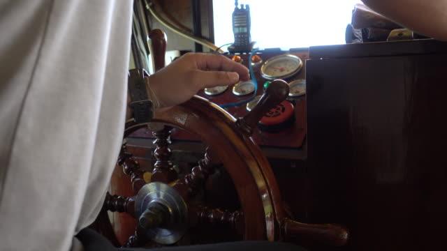 Hand captain ship