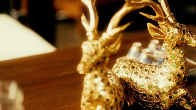 stockvideo's en b-roll-footage met hand gesneden houten gouden herten standbeelden, beeldjes van de huisdecoratie. - carving craft product