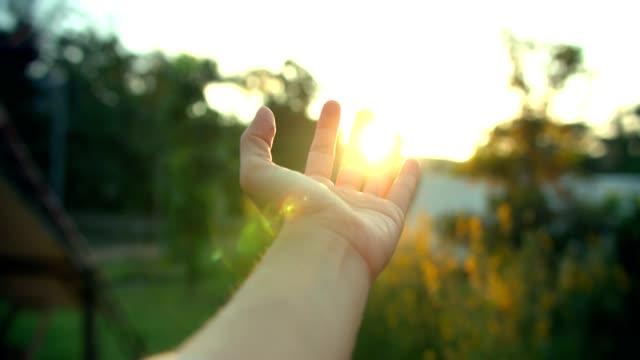 stockvideo's en b-roll-footage met hand vangen de zon - handpalm