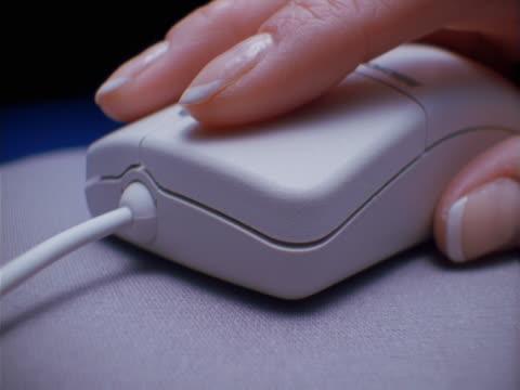 hand clicking computer mouse - människofinger bildbanksvideor och videomaterial från bakom kulisserna
