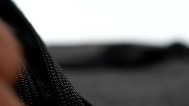 Hand closing bag zipper