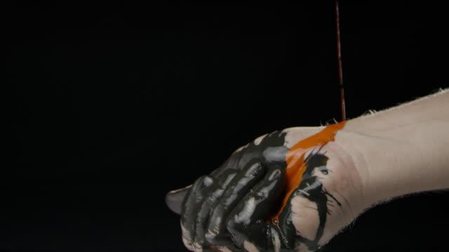 hand färgglad färg svart bakgrund slowmotion kaukasiska mänskliga - människofinger bildbanksvideor och videomaterial från bakom kulisserna