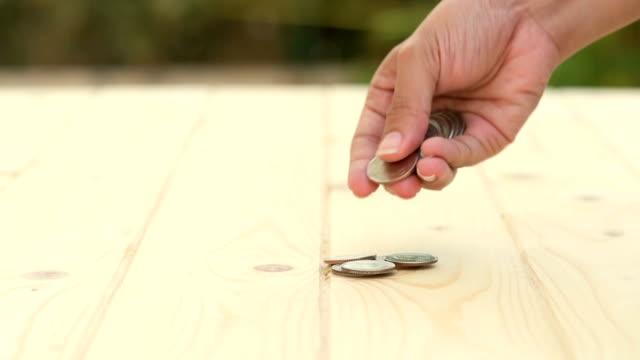 HD: Mano contando su tavolo in legno portamonete