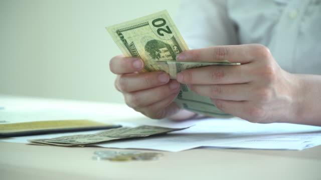 ハンドカウントドラ法案マネー - 金融関係の職業点の映像素材/bロール
