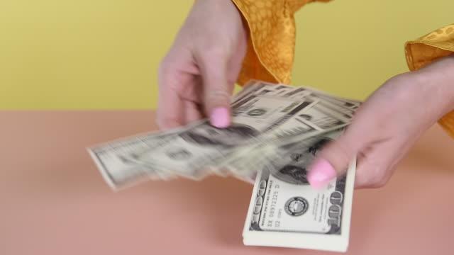 vidéos et rushes de hand counting money - dépense