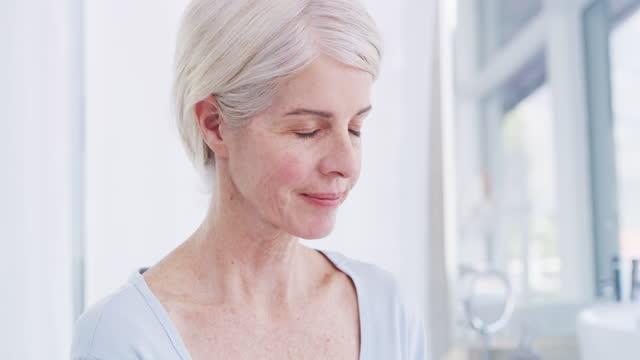 vídeos de stock, filmes e b-roll de creme para as mãos não é só hidratante, é reconfortante também - processo de envelhecimento