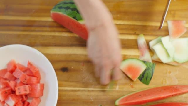 hand geschnitten wassermelone auf dem schneidebrett - schüssel stock-videos und b-roll-filmmaterial
