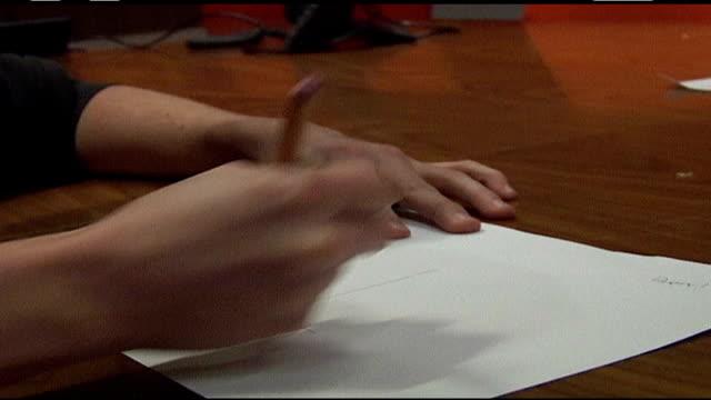 vidéos et rushes de hand drawing on paper with pencil - crayon