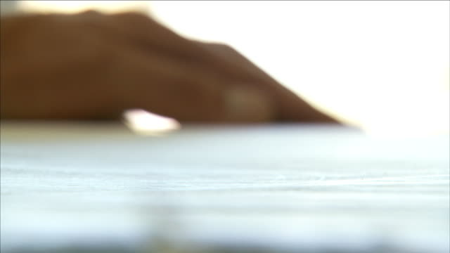 a hand draws with a pencil on paper. - 図面点の映像素材/bロール