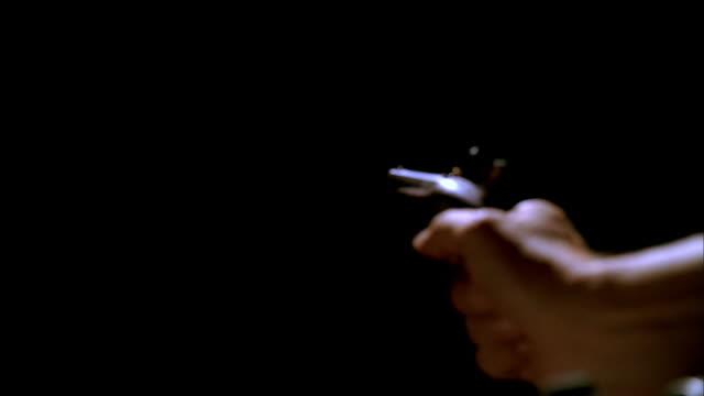 vídeos de stock e filmes b-roll de recreation hand firing a flintlock pistol and the resulting billow of smoke - formato letterbox