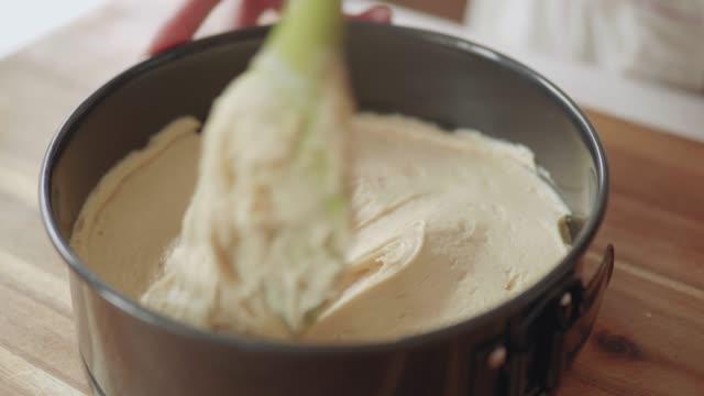 スポンジケーキを手で平らにする - スポンジ点の映像素材/bロール