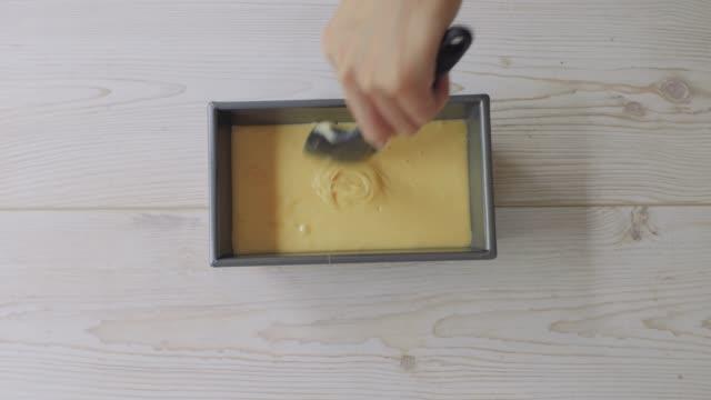 hand flach ein biskuitteig - kuchen stock-videos und b-roll-filmmaterial