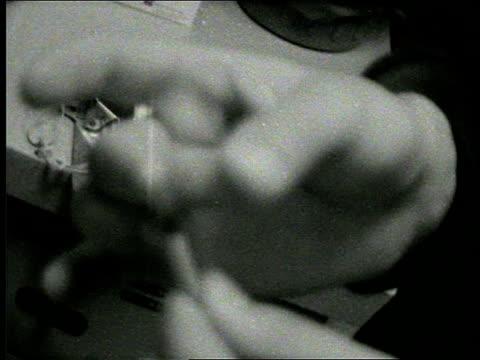 hand flicking syringe - nadel pflanzenbestandteile stock-videos und b-roll-filmmaterial