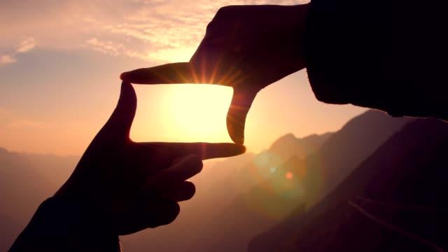 hand-framing-sonnenuntergang - menschlicher finger stock-videos und b-roll-filmmaterial