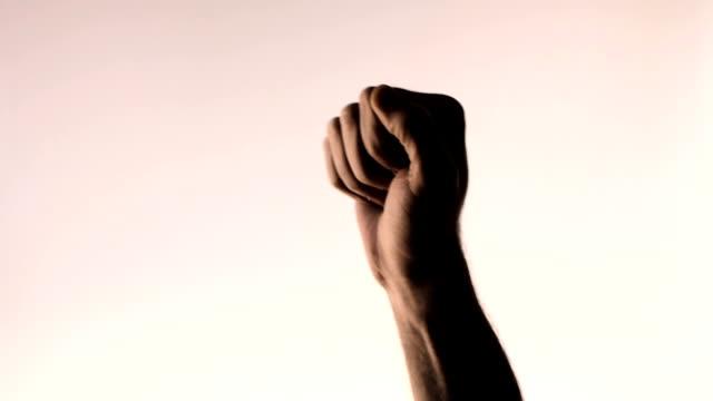 vídeos y material grabado en eventos de stock de gesto de mano puño en el aire. recorta hombre mano sobre fondo rosa gradiente - puño