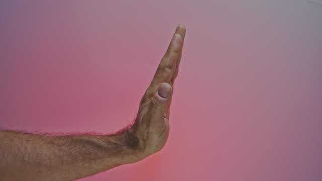 stockvideo's en b-roll-footage met het gesturing stopteken van de hand - handpalm