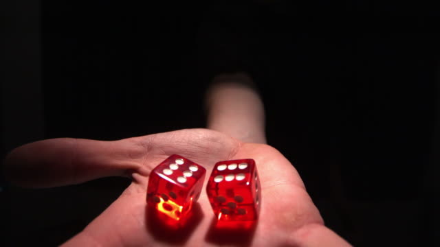 stockvideo's en b-roll-footage met hand grasping red dice - grijpen