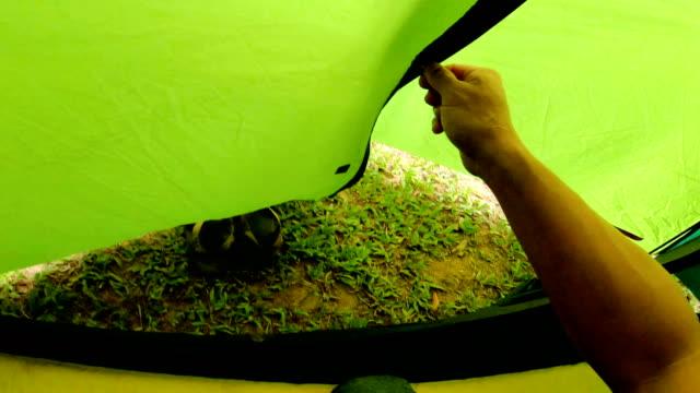 vídeos de stock, filmes e b-roll de pov mão segurando a mochila e deixar a tenda. - barraca