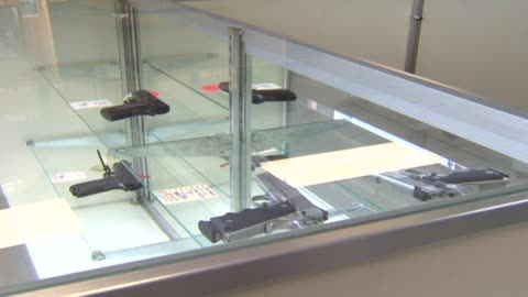 hand guns on display at store on october 09, 2012 in chicago, illinois - 銃器店点の映像素材/bロール