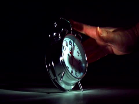 slomo mcu hand hitting alarm clock as it goes off and knocking it over - tupplur bildbanksvideor och videomaterial från bakom kulisserna