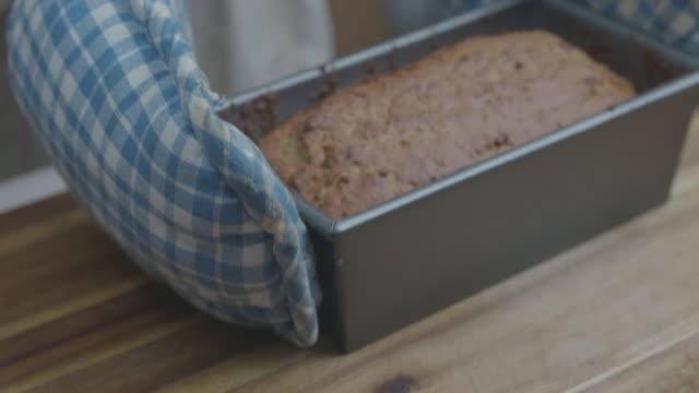 vídeos y material grabado en eventos de stock de asimiento de la mano fresco cocido al horno en la bandeja de la torta y poner sobre la mesa - postre