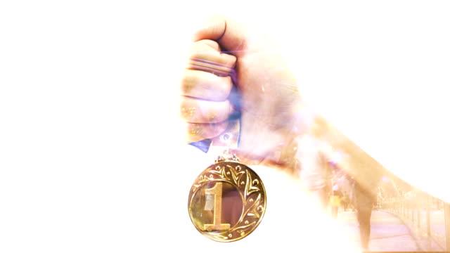Hand halten Goldmedaille.