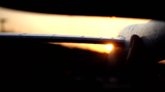 Blatt Papierflugzeug bei Sonnenuntergang