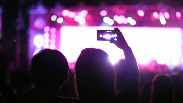 stockvideo's en b-roll-footage met hand houdt een smartphone tijdens een concert - arts culture and entertainment