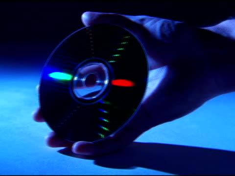 vidéos et rushes de hand holding cd - un seul homme d'âge moyen