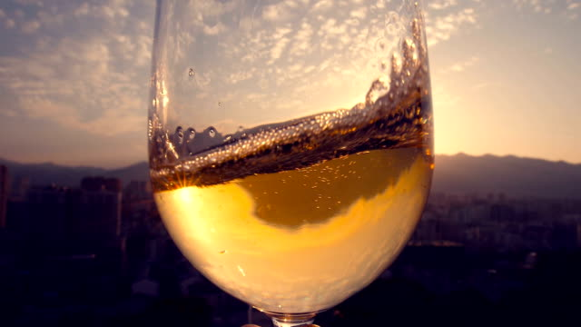 hand hält champagner bei sonnenuntergang - nah stock-videos und b-roll-filmmaterial
