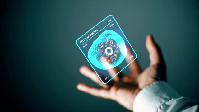 細胞の解剖学、技術および医療概念のホログラムのインターフェイスを持っている手。