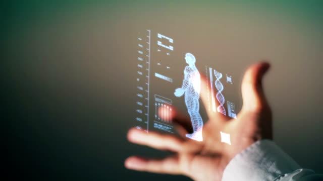 人間の体と DNA のらせんの図のホログラムのインターフェイスを持っている手。