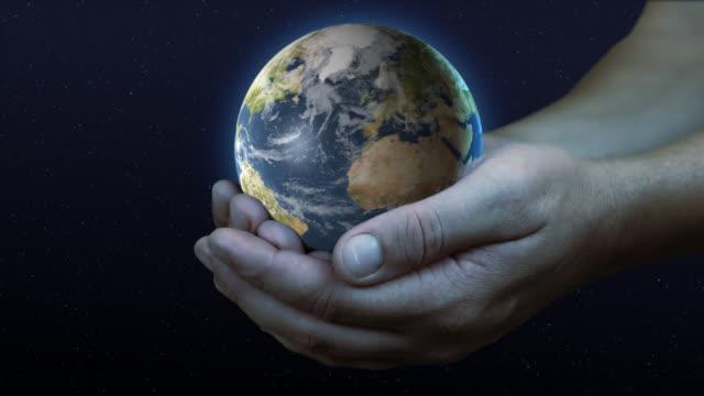 mano con pianeta terra 02 - mappamondo video stock e b–roll