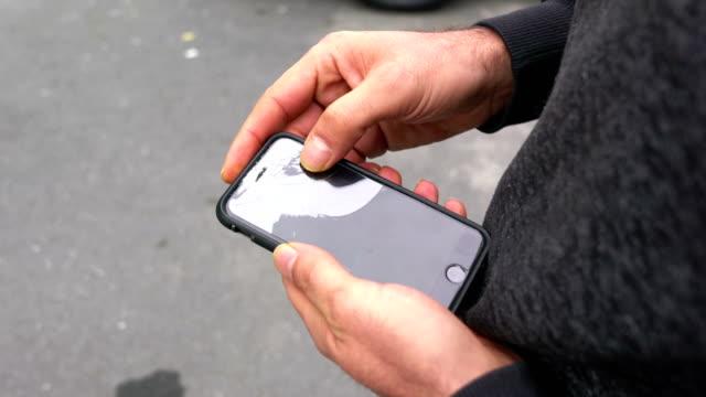 vídeos de stock, filmes e b-roll de mão segurando o smartphone com tela quebrada - batendo com a cabeça na parede