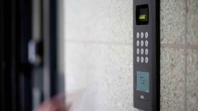 vídeos de stock, filmes e b-roll de mão, digite a senha para moderno entrada dispositivo de segurança, tempo real. - indústria eletrônica