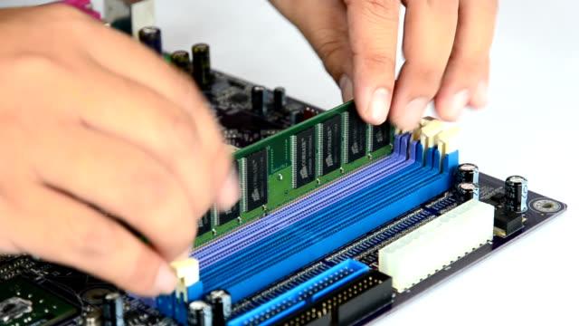 vidéos et rushes de mains installer accès au hasard (ram) motherboard en mémoire - souvenirs