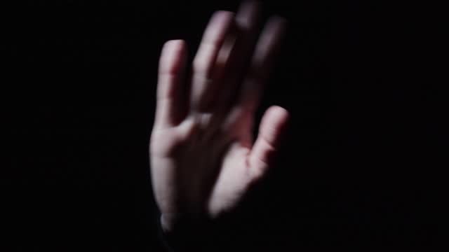 vidéos et rushes de la main agite pour dire au revoir - saluer de la main
