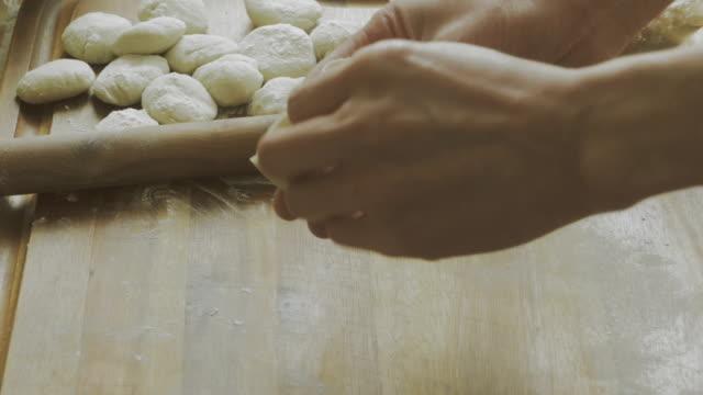vídeos de stock, filmes e b-roll de mãos fazem bolinho chinês - bolinho de massa