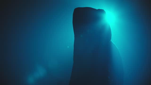vídeos de stock e filmes b-roll de hand movement of male dancer in the dark. - cultura hip hop