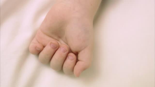 vídeos de stock, filmes e b-roll de hand of a sleeping child sweden. - só bebês meninos