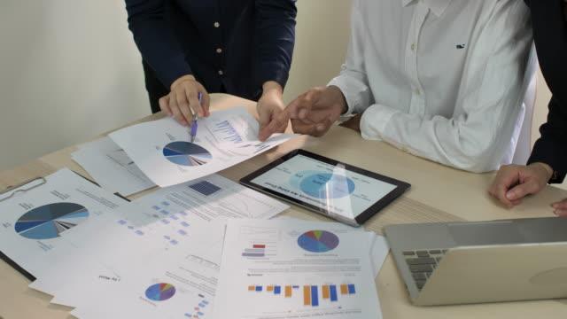 riunione della mano dell'uomo d'affari nella sala riunioni - abbigliamento da lavoro formale video stock e b–roll